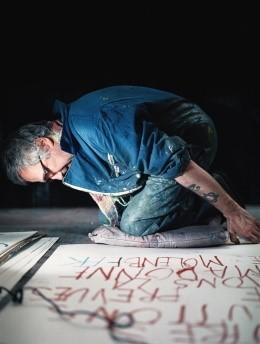 Philippe Vandenberg aan het werk in zijn atelier in Molenbeek, 2008 © Jean-Pierre Stoop